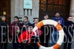 """Colectivos de discapacitados lamentan su """"situación límite"""" llevando un flotador a Mas-Colell. (EUROPA PRESS)"""