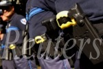 Policías de EE.UU. aplican electrochoques a un sordo que sufría un ataque diabético. Photo by Sebastien Nogier