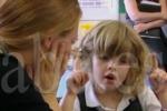 Chloe, una niña ciega y sorda que oye por primera vez a su madre. (abc.es)