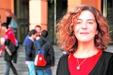 Una profesora lee una tesis doctoral sobre la lengua de signos española en internet. (laverdad.es)