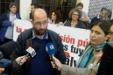 """Los intérpretes de lengua de signos de Canal Sur piden una solución """"democrática"""" al conflicto tras 46 días de huelga. Photo by fsc.ccoo.es"""