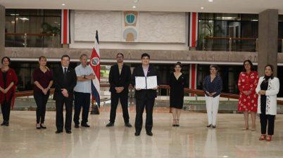 Gobierno firma ley que promueve Lengua de Señas Costarricense (Lesco). (elperiodicocr.com)