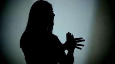 """Intérpretes de lengua de signos alertan de la """"precarización"""" que sufren y del """"futuro incierto"""" de cara al nuevo curso. (elboletin.com)"""