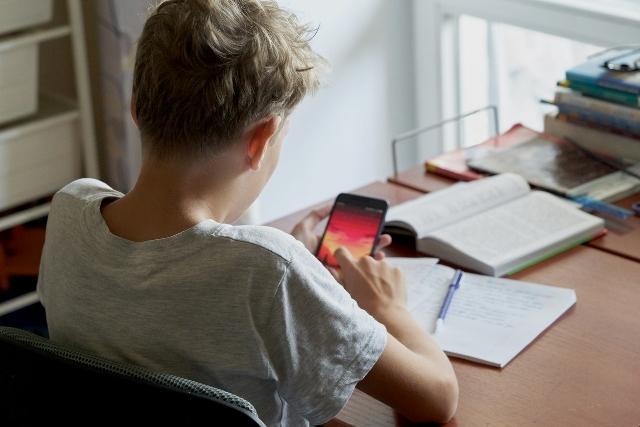 Tips bàsics perquè el mòbil no et distregui en estudiar. (Mentesliberadas.com / AMIC)