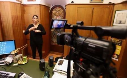 Subtítulos, intérpretes de lenguas de signos y bucle magnético para hacer más accesible el pleno del Ayuntamiento de Burgos. (burgosconecta.es)