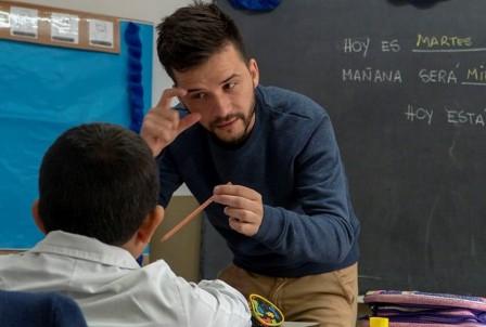 Es sordo de nacimiento y da clases en una escuela para chicos con su misma dificultad. (clarín.com)