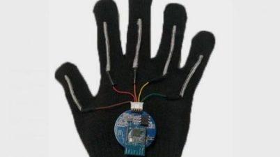 Bioingenieros de EU crean un guante capaz de traducir la lengua de signos al habla en tiempo real. (sinembargo.mx)
