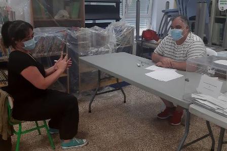 """Ser una persona sorda en la mesa electoral y con mascarilla: """"Sin intérpretes no podemos vivir"""". (eldiario.es)"""