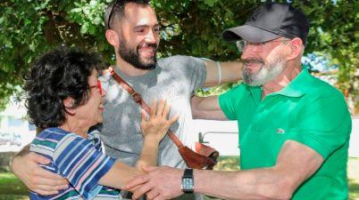 El abrazo más viral de una familia sorda tras seis meses separados. (lavozdegalicia.es)