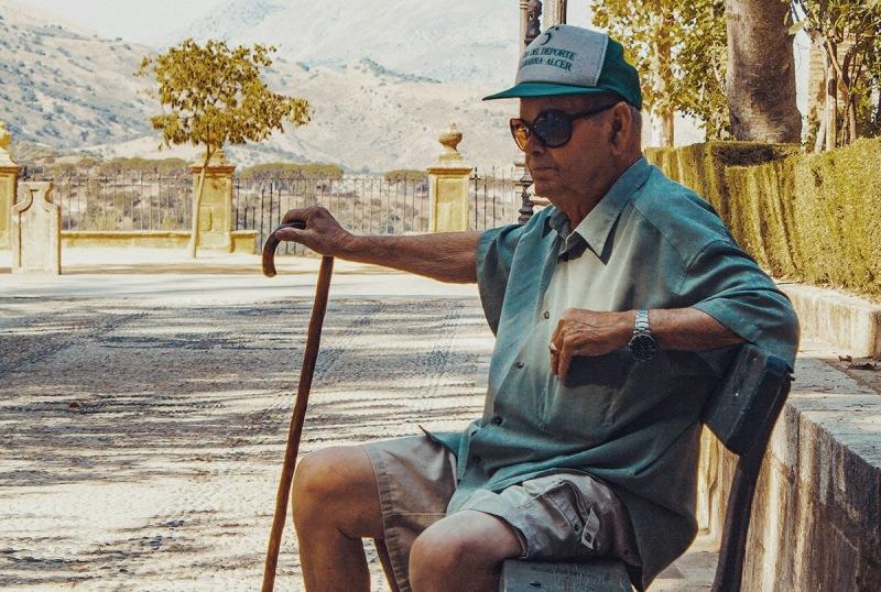 Els experts aconsellen entorns coneguts i ambients relaxats per conviure amb l'Alzheimer aquest estiu. (social.cat / AMIC)