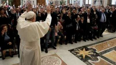 Papa Francisco dice a sordos que Dios no se percibe con los oídos, sino con la fe. (aciprensa.com)