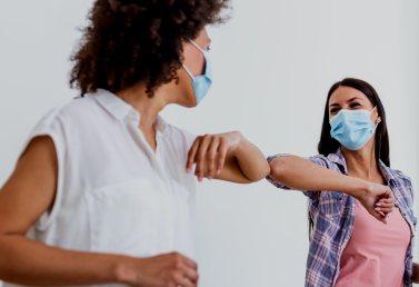 La OMS pide abandonar el choque de codos: así debemos saludar para evitar contagios. (losreplicantes.com)