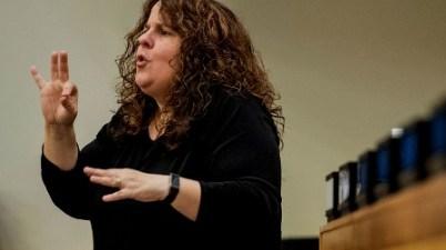 La respuesta al COVID-19 debe incluir a las personas sordas, dice el Secretario General. (news.un.org)