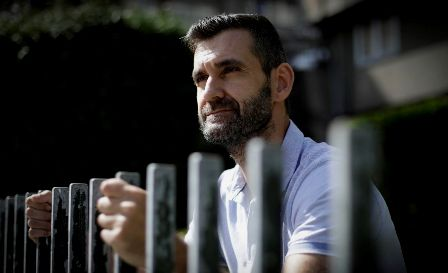 Iker Sertucha: «Las personas sordas procuramos enfermar de lunes a viernes». (lavozdegalicia.es)
