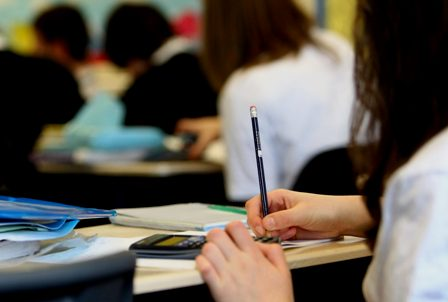 Una profesora sorda profunda del IES de Oleiros (A Coruña), incomunicada al ir a dar clase. (elespanol.com)