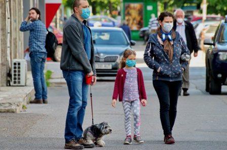 Cómo aumentan las posibilidades de contagio por compartir coche, charla o comida con un caso de Covid-19, según un estudio. (isanidad.com)