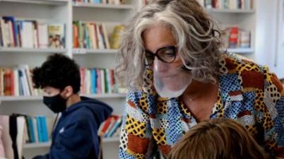 """Associacions de persones sordes celebren que Educació compri """"per fi"""" mascaretes transparents. (social.cat)"""