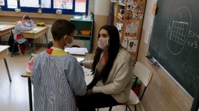 El Ayuntamiento de Gavà proporciona mascarillas transparentes al profesorado. (elperiodico.com)
