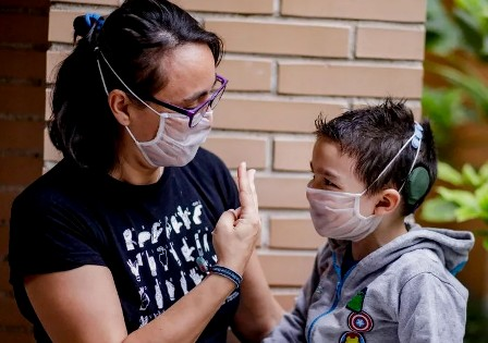 Mascarillas transparentes en colegios catalanes para facilitar la comunicación entre alumno y profesor. (niusdiario.es)