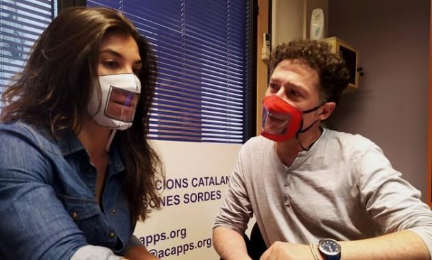 Entitats de persones sordes critiquen que les mascaretes comprades per Educació s'entelen i no permeten llegir els llavis. (social.cat / AMIC)