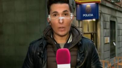 """Omar Suárez, reportero de 'Sálvame', genera debate al aparecer con una mascarilla transparente: """"No sirve"""". (20minutos.es)"""