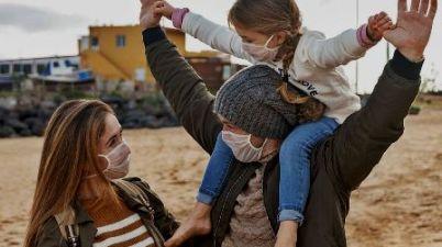 Una empresa canaria vende mascarillas higiénicas hechas con tejido transparente. (eldia.es)